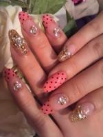 Узор в горошек на ногтях